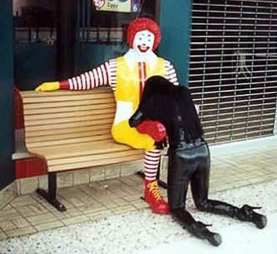 Ronald mcdonald blowjob statue pic